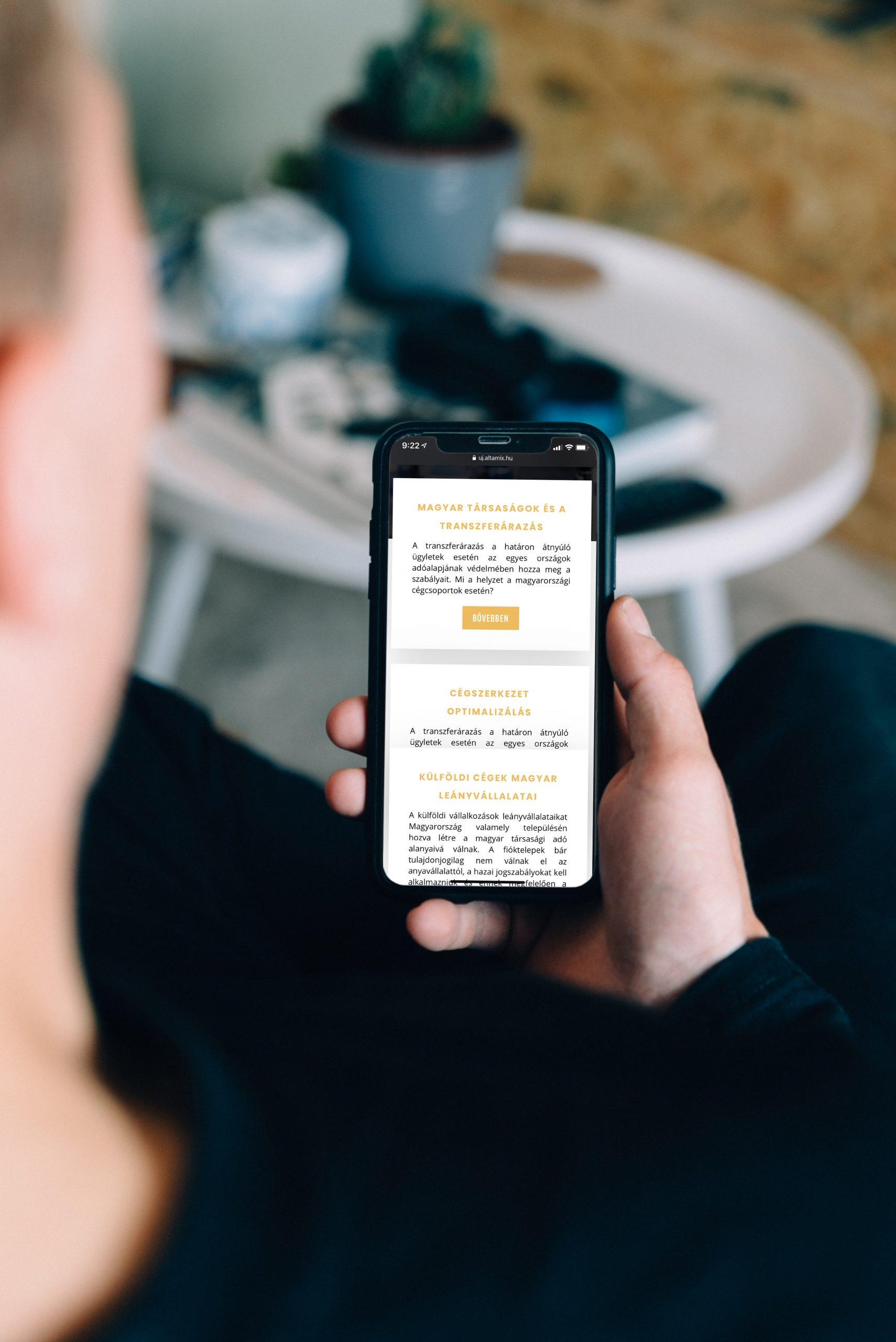 Altamix transzferaudit weboldalát néző ember